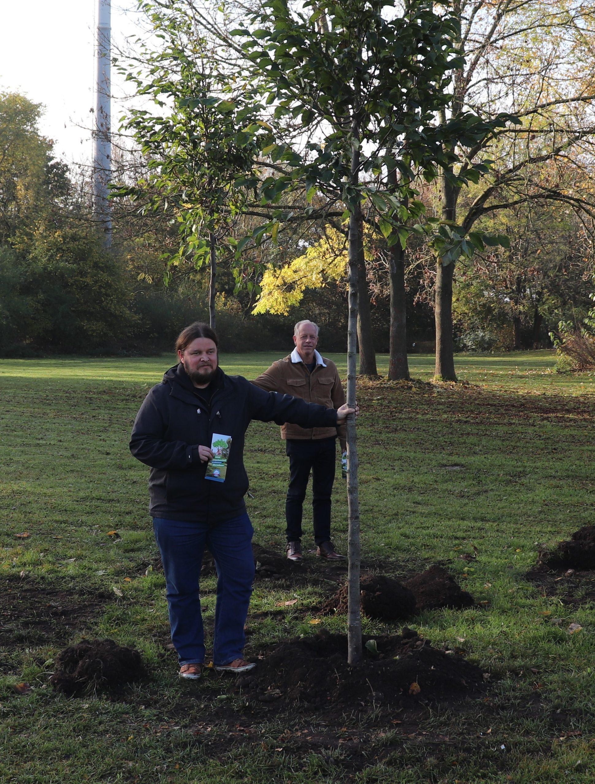 Baumpatenschaften im Freibad Arnum: Neue Bäume sind gepflanzt